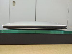 右面 左から・スピーカ・電源ボタン・Micro SDカードスロット・USB C 3.1(Powershare/AC電源およびDisplayPort)・Nobleロックスロット